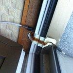 Cables TV apparents et collés à l'auto-collant