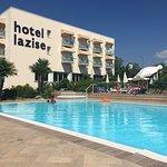 Hotelpool mit Blick auf das Hotel