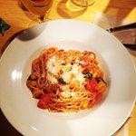 Spaghettis con salsa mediterránea (berenjena, tomate....)
