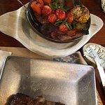 Vacío y verduras asadas al horno de barro
