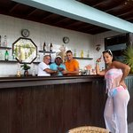 Los Trabjadores del Bar y el del Medio Kiki el DJ