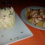 Mousse de pato con piña confitada, mermelada, piñones y panecillos. Ensaladilla y patatas bravas