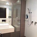 Deluxe queen room bathroom