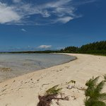 島の北東・桟橋の反対側にある白砂の浜・密林の中の道を抜けてしばし歩くので誰もいませんでした。