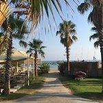 ein typischer Blick vom Pool zum Strandbereich - links liegt das offene Strandrestaurant