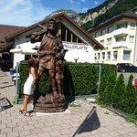 Памятник Вильгельму Теллю рядом с рестораном