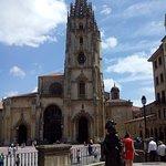 """""""La Regenta"""" en la plaza de Alfonso II El Casto frente a la Catedral"""