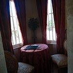 le petit coin lecture de la chambre dans la tourelle