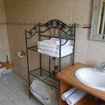 la salle de bain rustique et moderne avec une grandedouche.