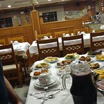 Muita comida, falta espaço na mesa...