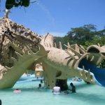 Algunas atracciones tienen forma de animales ancestrales, combinado con forma de coral.
