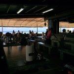 店内から見える青い海