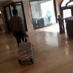 Приветливый, но очень серьезный таксист забирает мой багаж и я покидаю отель.