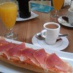 zumo, cafe y tosta con jamon y tomate a un precio estupendo.