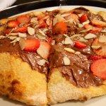 pizza con nutella, fresas y almendras