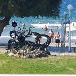 Schöne Skulptur im Strandbereich