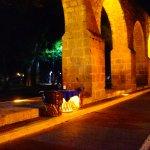 Vista nocturna, adornada por una mesa del restaurante Argentino Arrabal Gourmet.