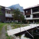 arrière de l'hôtel avec piscine nature et zen