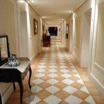Acceso a las habitaciones, decorado con muebles antiguos