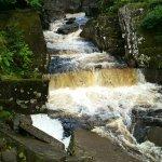 Bracklinn Falls Bridge and Callander Crags Foto