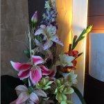 Détail accueillant et sympa: un bouquet façon ikebana