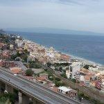 Vista desde el hotel.Carretera y Taormina al fondo