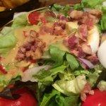 De salade met stukjes gerookt spek