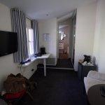 Le petit salon et la marche d'escalier d'accès à la salle de bain