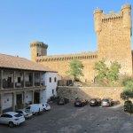 Parte del patio interior-parking y castillo 2