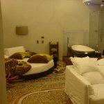 Cama redonda y baño integrado