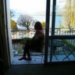 Disfrutando la maravillosa vista al lago en la terraza