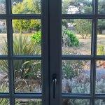 Vue depuis chambre sur une partie du jardin