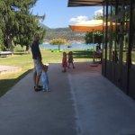 Terrasse du restaurant et parc donnant directement sur le lac