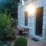 """Devant la chambre """"le four à pain"""" avec la petite terrasse privative, très agréable"""
