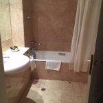 Ruime badkamer, bad met douche, aparte toiletruimte