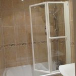 Cuarto de baño. El inodoro se encuentra aislado en otro cuarto