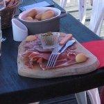 L'assiette de charcuterie et la cassolette de pommes de terre à 8€!