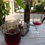 Tavolo apparecchiato e vino rosè