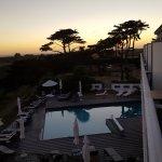 La terrasse et la piscine au coucher du soleil