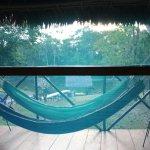 Anochecia, veiamos a traves de la tela antimosquito el rio Yanayacu.