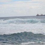 A la maravillosa vista se le agrega el ruido del mar rompiendo en las rocas