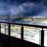 Blick vom 15 Meter hoher Turm auf das Leben in der Stadt.