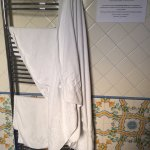 Таким образом уборщица развесила наши грязные полотенца, кот.мы повесили на душ.кабину по инстру