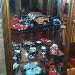 Linda colección de autos y motos en el living.