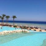 Infinity Pool mit Blick auf Strand