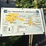 Das Hofgut Himmelreich liegt direkt am Himmelreich-Jakobusweg. Auf dem Hofgut ist die Jakobuskap
