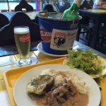Está bien para ser comida de Mall.  Austria Pub choperia ofrece comida rápida y rica a precio no