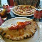 Primer plano: calzone tonno, segundo plano: pizza queso de cabra+nueces+crema balsamica