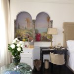 Mural and roses in room 423