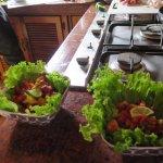 insalata in cucina con lo chef Steven Cafè y Javier